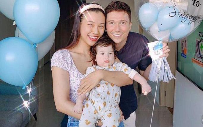 """Hoàng Oanh khoe ảnh gia đình ở Singapore, """"nhóc Tây mắt hí"""" chưa gì đã được dự đoán là hotboy tương lai Vbiz"""