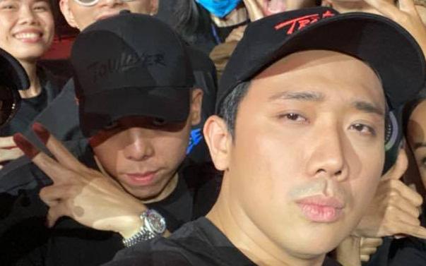 Trấn Thành bị soi tóc bạc khi khoe hình hậu trường Rap Việt, liệu có phải tạo hình cho phim Bố Già?