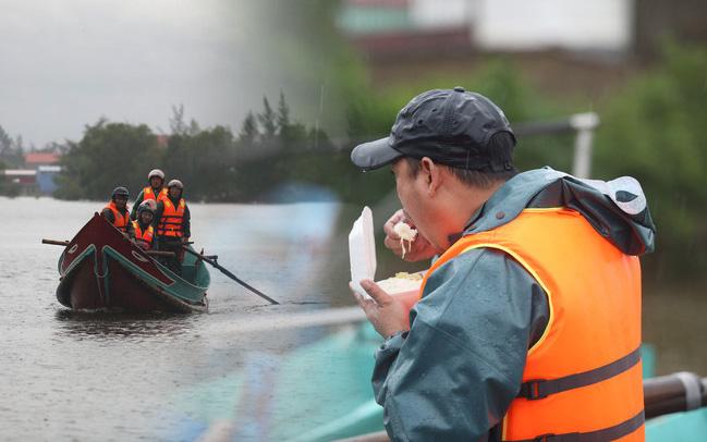 Tình người trong cơn lũ lịch sử ở Quảng Bình: Dân đội mưa lạnh, ăn mỳ tôm sống đi cứu trợ nhà ngập lụt