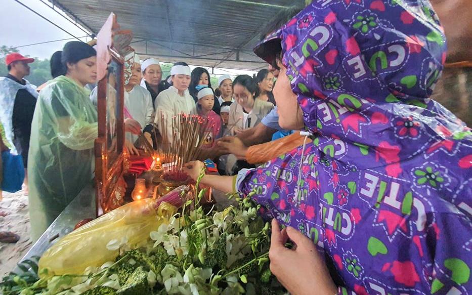 Hàng trăm người dân đội mưa đến tiễn đưa Chủ tịch huyện hy sinh ở Rào Trăng 3 về đất mẹ