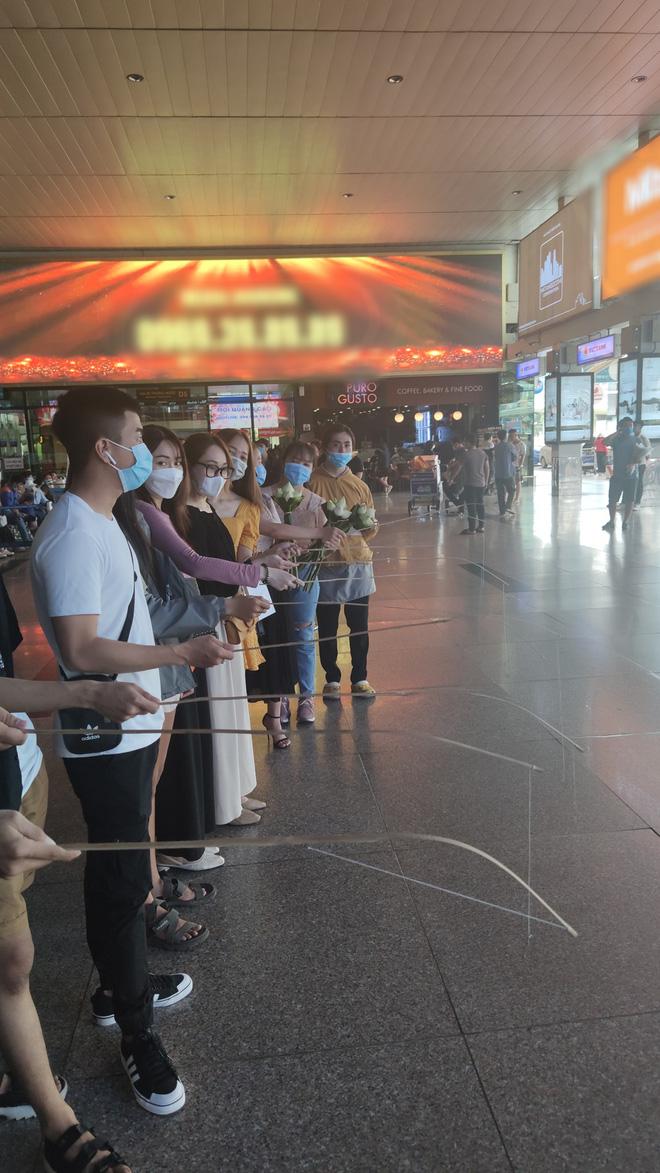 Thuỷ Tiên đã đáp chuyến bay về TP.HCM chiều nay sau 6 ngày cứu trợ, fan chờ đón từ sớm tại sân bay - ảnh 2