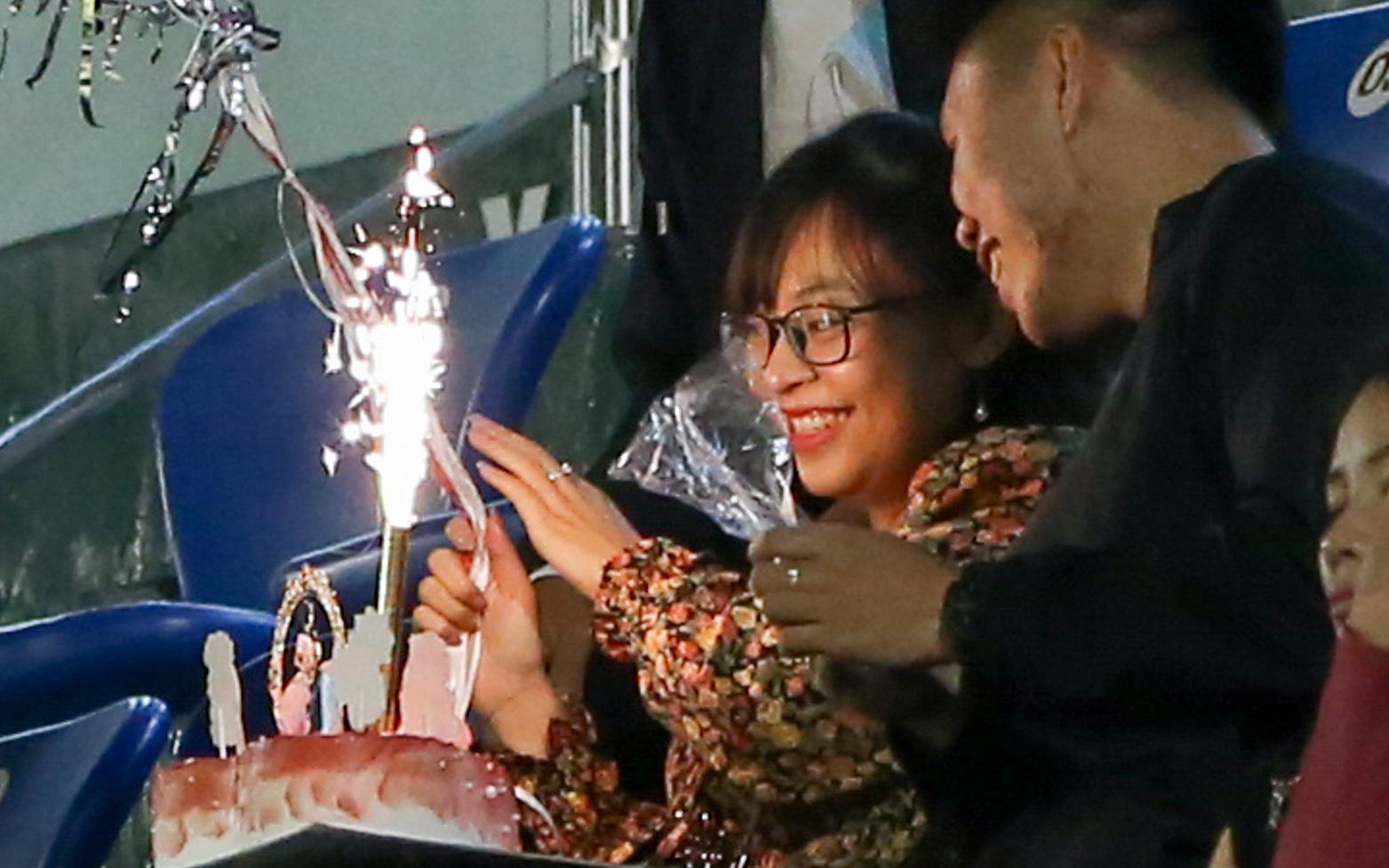 Đang xem HAGL đấu Than Quảng Ninh, cô gái ngỡ ngàng khi được bạn trai tổ chức sinh nhật ngay tại SVĐ