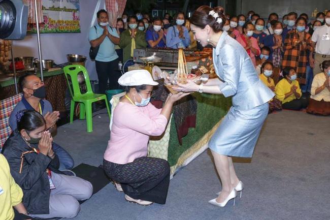 Hoàng quý phi Thái Lan nhận ân sủng mới từ nhà vua, phản ứng của Hoàng hậu Suthida nhận được nhiều sự chú ý - Ảnh 2.