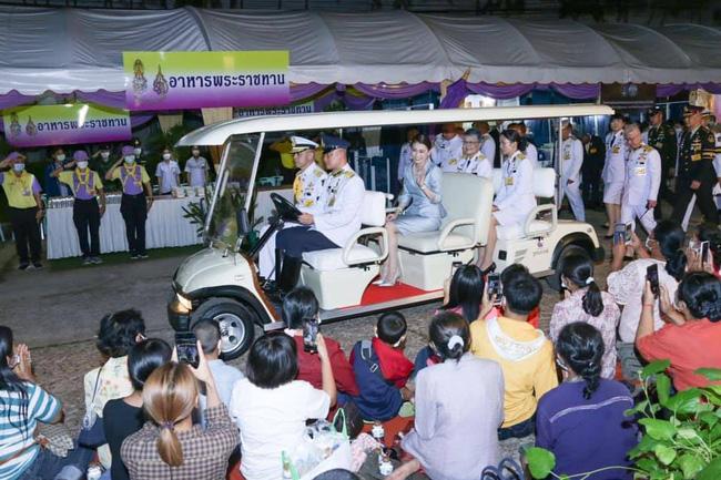 Hoàng quý phi Thái Lan nhận ân sủng mới từ nhà vua, phản ứng của Hoàng hậu Suthida nhận được nhiều sự chú ý - Ảnh 3.