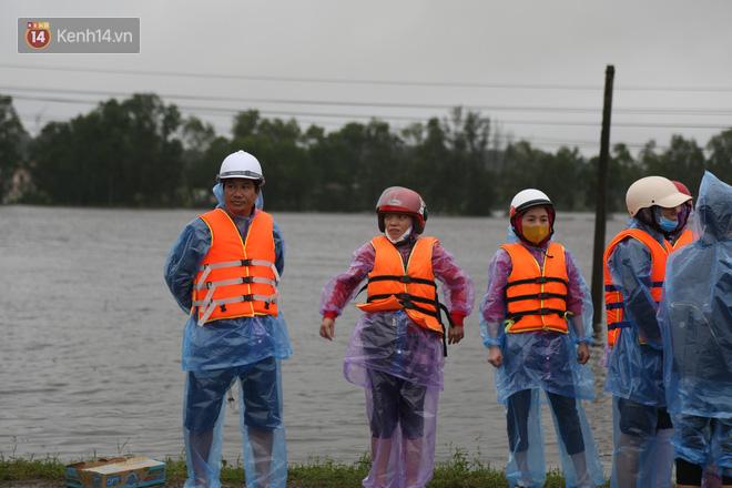 Tình người trong cơn lũ lịch sử ở Quảng Bình: Dân đội mưa lạnh, ăn mỳ tôm sống đi cứu trợ nhà ngập lụt - ảnh 6