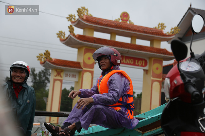 Tình người trong cơn lũ lịch sử ở Quảng Bình: Dân đội mưa lạnh, ăn mỳ tôm sống đi cứu trợ nhà ngập lụt - ảnh 19