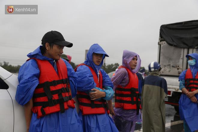 Tình người trong cơn lũ lịch sử ở Quảng Bình: Dân đội mưa lạnh, ăn mỳ tôm sống đi cứu trợ nhà ngập lụt - ảnh 8