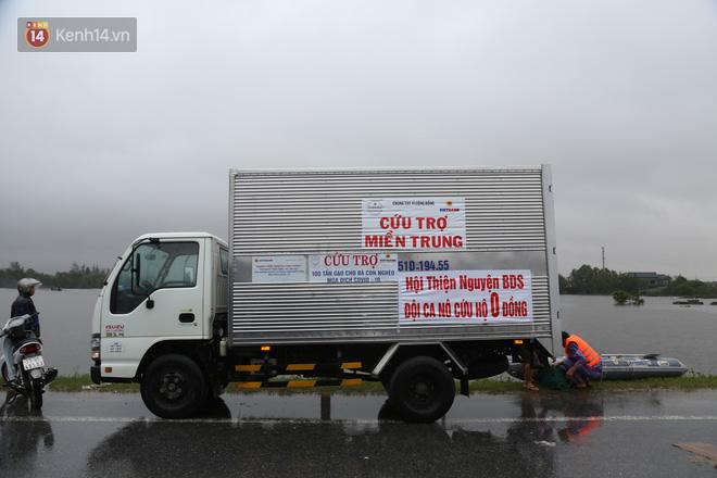 Tình người trong cơn lũ lịch sử ở Quảng Bình: Dân đội mưa lạnh, ăn mỳ tôm sống đi cứu trợ nhà ngập lụt - ảnh 5