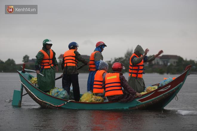 Tình người trong cơn lũ lịch sử ở Quảng Bình: Dân đội mưa lạnh, ăn mỳ tôm sống đi cứu trợ nhà ngập lụt - ảnh 4