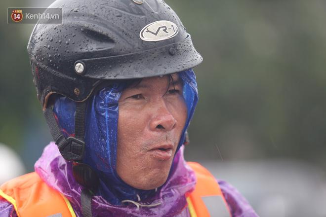 Tình người trong cơn lũ lịch sử ở Quảng Bình: Dân đội mưa lạnh, ăn mỳ tôm sống đi cứu trợ nhà ngập lụt - ảnh 14