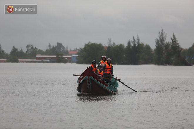 Tình người trong cơn lũ lịch sử ở Quảng Bình: Dân đội mưa lạnh, ăn mỳ tôm sống đi cứu trợ nhà ngập lụt - ảnh 7