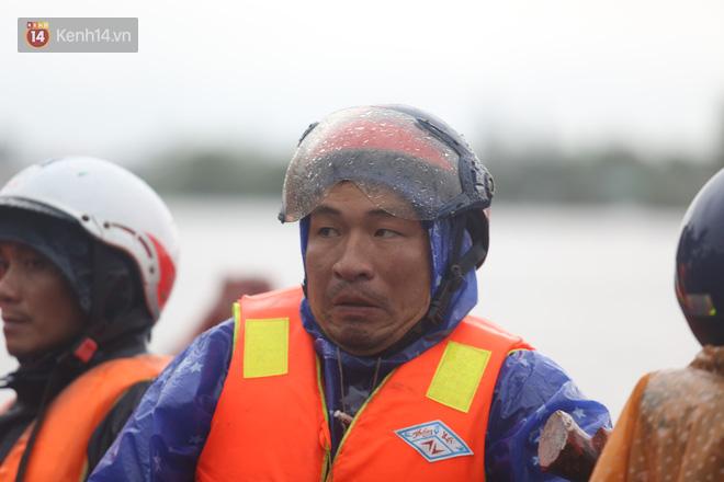 Tình người trong cơn lũ lịch sử ở Quảng Bình: Dân đội mưa lạnh, ăn mỳ tôm sống đi cứu trợ nhà ngập lụt - ảnh 9