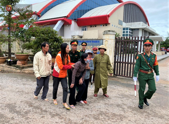 Nước mắt người vợ chiến sĩ hy sinh ở Sư đoàn 337: Giờ anh mất, muốn đưa thi thể về nhà cũng không được vì quê Quảng Bình vẫn còn ngập lụt - Ảnh 4.