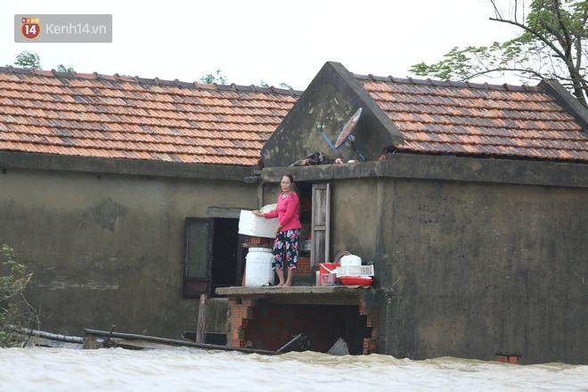 Hơn 2 tuần chịu trận lũ lịch sử, người dân Quảng Bình vẫn phải leo nóc nhà, bơi giữa dòng nước lũ cầu cứu đồ ăn - ảnh 8