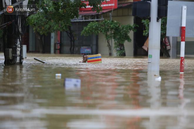 Hơn 2 tuần chịu trận lũ lịch sử, người dân Quảng Bình vẫn phải leo nóc nhà, bơi giữa dòng nước lũ cầu cứu đồ ăn - Ảnh 10.