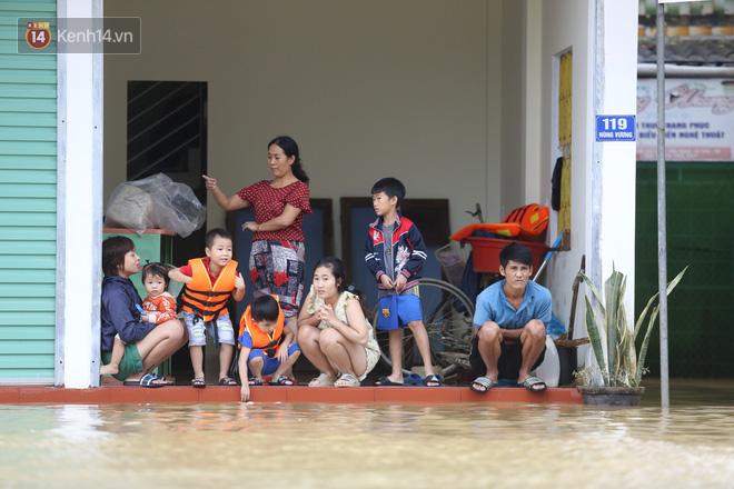 Hơn 2 tuần chịu trận lũ lịch sử, người dân Quảng Bình vẫn phải leo nóc nhà, bơi giữa dòng nước lũ cầu cứu đồ ăn - Ảnh 4.
