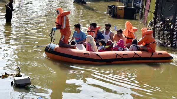 Từ chuyện Hồ Việt Trung quăng hàng cứu trợ: Trước khi chỉ trích, bạn cần phải hiểu cứu trợ vùng lũ khó khăn đến mức nào - ảnh 2