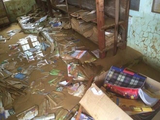 Khung cảnh trường học sau trận đại hồng thuỷ tại Quảng Trị: Cơ sở vật chất hư hỏng, sách vở, đồ dùng học tập ngập ngụa bùn đất - ảnh 2