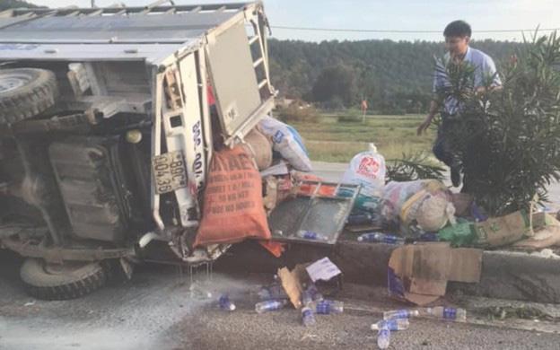 Nghệ An: Lật xe chở đồ cứu trợ lũ lụt, tài xế nguy kịch - ảnh 1