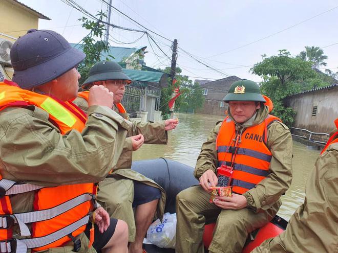 Thiếu tá công an kể chuyện cứu 3 cụ già, 3 cháu nhỏ trong cơn nước lũ - ảnh 11