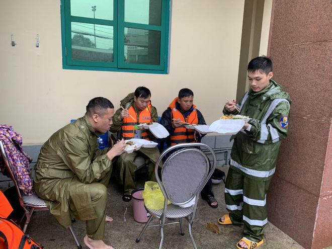 Thiếu tá công an kể chuyện cứu 3 cụ già, 3 cháu nhỏ trong cơn nước lũ - ảnh 12