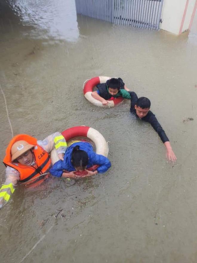 Thiếu tá công an kể chuyện cứu 3 cụ già, 3 cháu nhỏ trong cơn nước lũ - ảnh 3