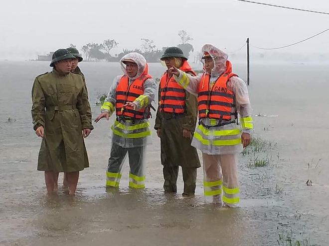 Thiếu tá công an kể chuyện cứu 3 cụ già, 3 cháu nhỏ trong cơn nước lũ - ảnh 4