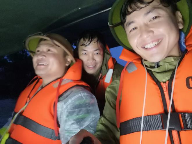 Thiếu tá công an kể chuyện cứu 3 cụ già, 3 cháu nhỏ trong cơn nước lũ - ảnh 6