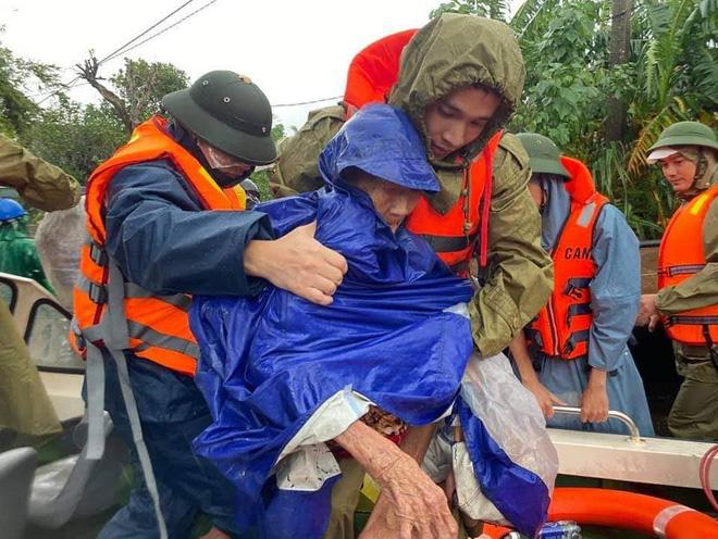Thiếu tá công an kể chuyện cứu 3 cụ già, 3 cháu nhỏ trong cơn nước lũ - ảnh 8
