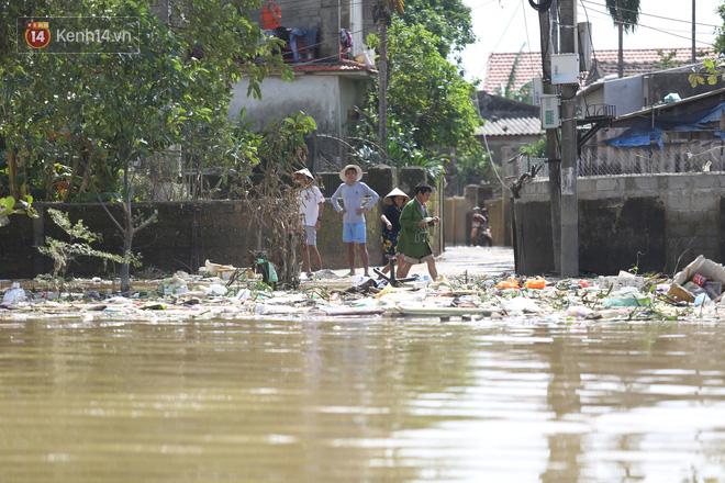 Ảnh: Người dân Quảng Bình bì bõm bơi trong biển rác sau trận lũ lịch sử, nguy cơ lây nhiễm bệnh tật - ảnh 7