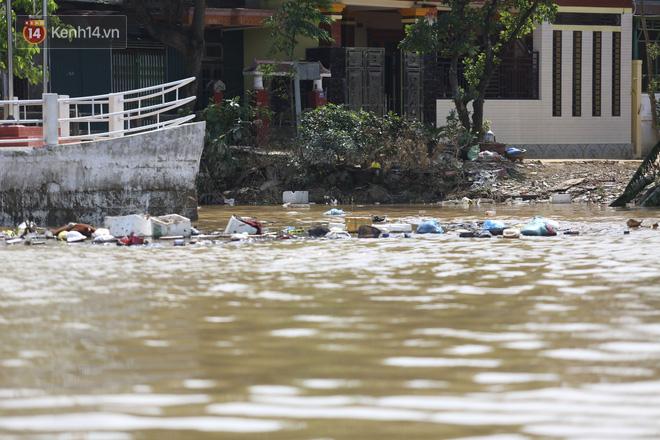 Ảnh: Người dân Quảng Bình bì bõm bơi trong biển rác sau trận lũ lịch sử, nguy cơ lây nhiễm bệnh tật - ảnh 15