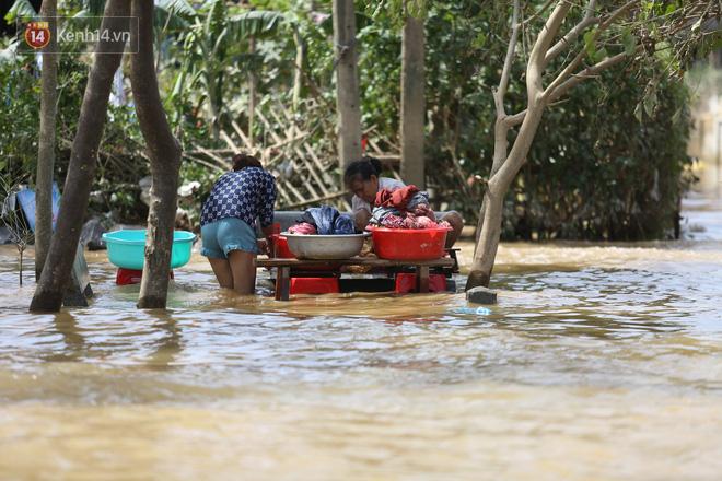 Ảnh: Người dân Quảng Bình bì bõm bơi trong biển rác sau trận lũ lịch sử, nguy cơ lây nhiễm bệnh tật - ảnh 2