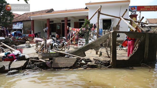 Ảnh: Người dân Quảng Bình bì bõm bơi trong biển rác sau trận lũ lịch sử, nguy cơ lây nhiễm bệnh tật - ảnh 1