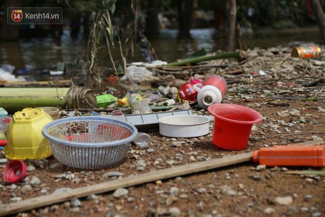 Ảnh: Người dân Quảng Bình bì bõm bơi trong biển rác sau trận lũ lịch sử, nguy cơ lây nhiễm bệnh tật - ảnh 23