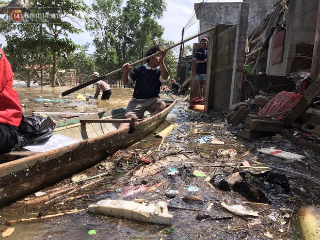 Ảnh: Người dân Quảng Bình bì bõm bơi trong biển rác sau trận lũ lịch sử, nguy cơ lây nhiễm bệnh tật - ảnh 9