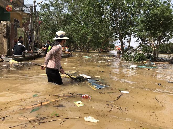 Ảnh: Người dân Quảng Bình bì bõm bơi trong biển rác sau trận lũ lịch sử, nguy cơ lây nhiễm bệnh tật - ảnh 14