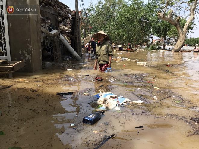 Ảnh: Người dân Quảng Bình bì bõm bơi trong biển rác sau trận lũ lịch sử, nguy cơ lây nhiễm bệnh tật - ảnh 10