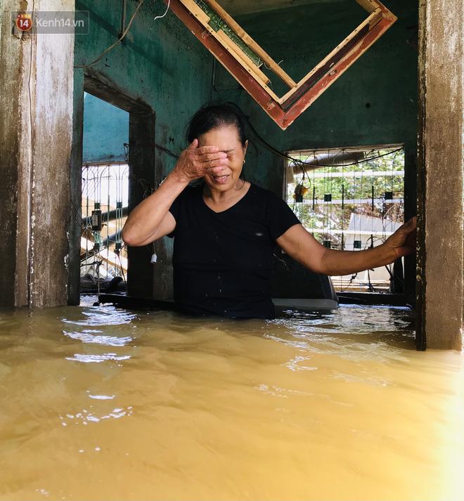 Người phụ nữ lớn tuổi lao vào dòng nước lũ ngay trong nhà, ôm chặt chiếc ti vi còn sót lại khóc nức nở - ảnh 5