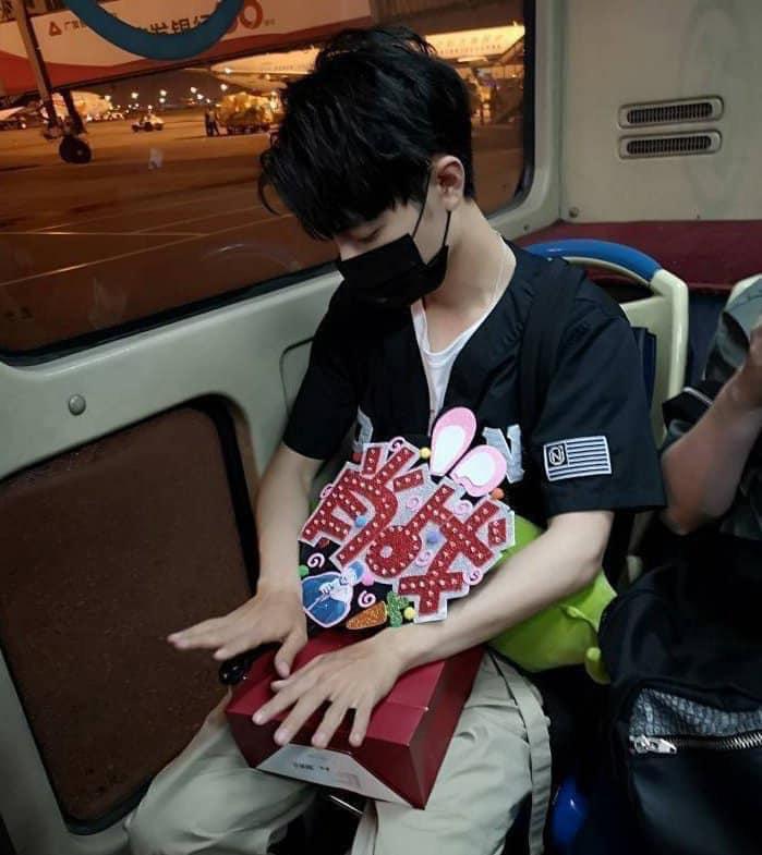 Tiêu Chiến ăn nắng đến đen nhẻm ở hậu trường Vương Bài, chị em vào tặng nickname Thỏ một nắng - Ảnh 4.