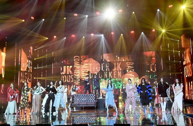 Cuộc thi Hoa hậu Hàn Quốc lạ đời nhất lịch sử: Phông nền hội chợ, Hoa hậu ỉu xìu khi nhận giải, dàn thí sinh trình diễn như idol Kpop - ảnh 6