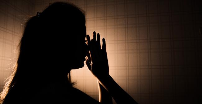 Người vợ bị ép mặc quần áo của mẹ chồng đã khuất với mùi hôi khó chịu và loạt chiêu trò hành hạ của gia đình chồng dẫn đến bi kịch đau lòng - ảnh 1