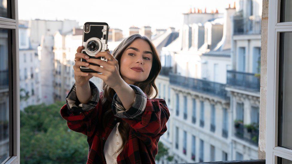 8 bí mật há hốc mồm về Emily Ở Paris: Nhà là chỗ tra tấn tù nhân thời xưa, bị tẩy chay thẳng mặt bởi chuỗi nhà hàng nổi tiếng - Ảnh 10.