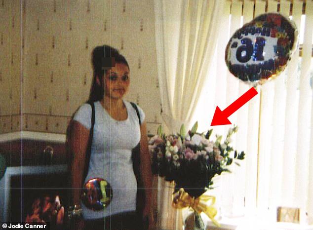 Mẹ bận rộn nhờ hàng xóm trông giúp con gái nhỏ rồi chết lặng khi phát hiện ra sự thật tày trời nhờ vào chi tiết trong ảnh sinh nhật con - ảnh 1