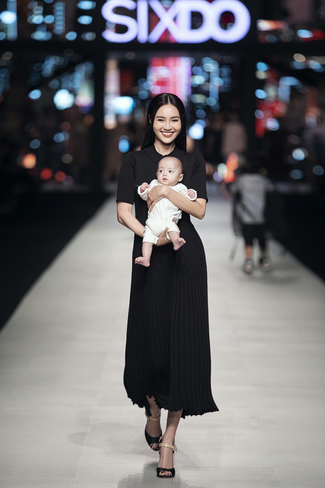 """Ninh Dương Lan Ngọc bế con nuôi của Đỗ Mạnh Cường catwalk, Lê Xuân Tiền diện underwear """"đốt mắt"""" giới mộ điệu - Ảnh 2."""
