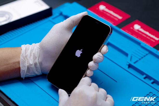 Mổ bụng iPhone 12 Pro đầu tiên tại Việt Nam: Sắp xếp vị trí linh kiện có chút khác biệt, bo mạch chữ L, pin 2815mAh - ảnh 1
