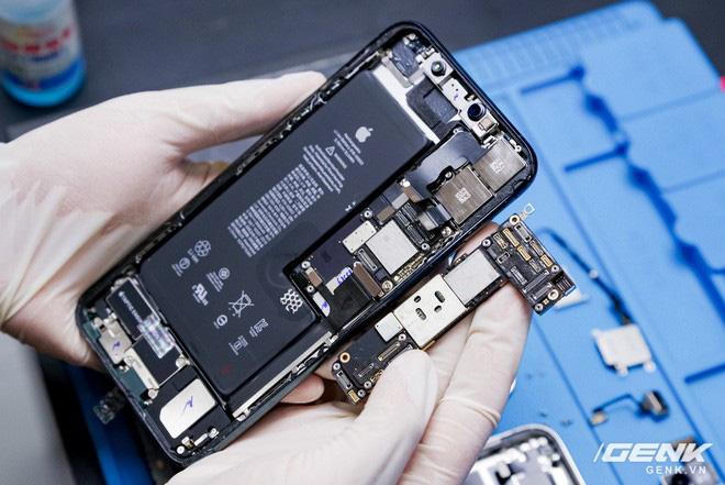 Mổ bụng iPhone 12 Pro đầu tiên tại Việt Nam: Sắp xếp vị trí linh kiện có chút khác biệt, bo mạch chữ L, pin 2815mAh - ảnh 23
