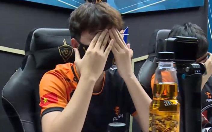 """Xuân Bách khóc nức nở, Team Flash nhận mưa """"gạch đá"""" từ cộng đồng sau trận thua trước BOX Gaming"""