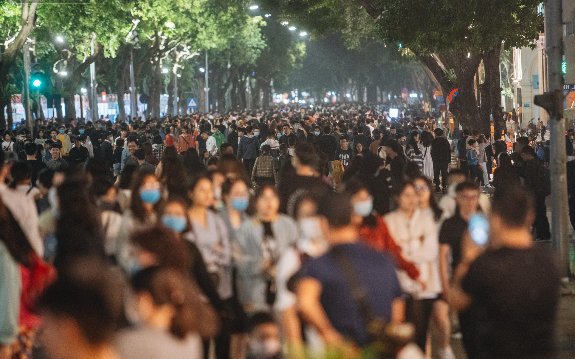 Ảnh: Trời se lạnh tuyệt đẹp trong ngày cuối tuần, người Hà Nội đổ xô lên phố đi bộ vui chơi