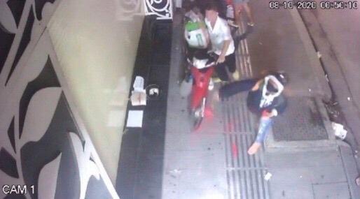 Một gia đình ở Sài Gòn bị nhóm đòi nợ khủng bố bằng sơn, chất bẩn vì cho bạn lưu trú - ảnh 2