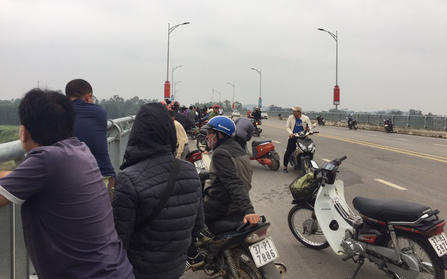 Nam thanh niên để lại xe máy và đôi dép nhảy cầu tự tử
